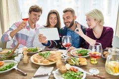 Vidéo heureuse d'amis appelant au Tableau de dîner Image libre de droits