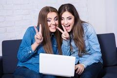 Vidéo heureuse de filles causant avec quelqu'un sur l'ordinateur portable Photos libres de droits
