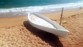 vidéo 4k du bateau en bois blanc sur la plage arénacée de mer au jour orageux clips vidéos