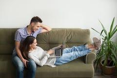Vidéo menteuse et de observation de couples heureux ensemble Images stock