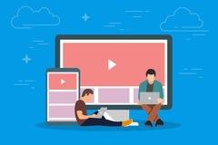 Vidéo sur l'illustration de concept de dispositif Les jeunes à l'aide des instruments mobiles tels que le PC et le smartphone de  illustration de vecteur