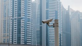 Vidéo surveillance extérieure sur le fond des gratte-ciel d'appartements à Dubaï, Emirats Arabes Unis clips vidéos