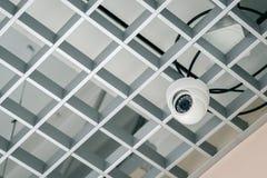Vidéo surveillance sur le plafond de trellis Technologies modernes images stock