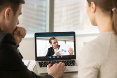 Vidéoconférence participante d'hommes d'affaires, discutant le financi Photographie stock libre de droits