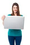 Vidéos de observation de jeune fille mignonne sur l'ordinateur portable Image stock