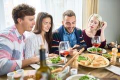 Vidéos de observation des jeunes au Tableau de dîner Image libre de droits