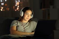 Vidéos de observation de femme en ligne pendant la nuit photos libres de droits