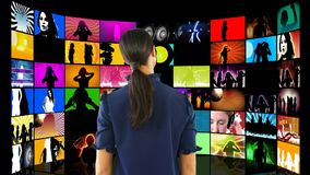 Vidéos de observation de femme sur des écrans d'affichage à cristaux liquides banque de vidéos