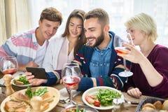 Vidéos de observation de personnes au Tableau de dîner Photo stock