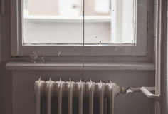 Vid fönstret arkivfoto
