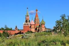 Vid na Moskovskiy Kreml` iz parka Zaryad`ye letom 47/5000 View of the Moscow Kremlin from Zaryadye park in summer. The creation of the Zaryadie park on the site stock photos