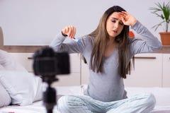 Vid?o de enregistrement de femme enceinte pour son blog image libre de droits