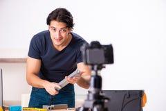 Vid?o de enregistrement de jeune d?panneur masculin pour son blog photo libre de droits