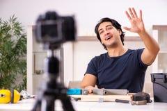 Vid?o de enregistrement de jeune d?panneur masculin pour son blog images libres de droits