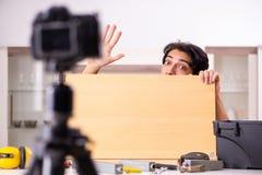 Vid?o de enregistrement de jeune d?panneur masculin pour son blog images stock