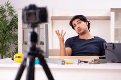 Vid?o de enregistrement de jeune d?panneur masculin pour son blog photos stock