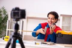 Vid?o de enregistrement de jeune entrepreneur pour son blog photos stock