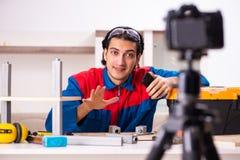 Vid?o de enregistrement de jeune entrepreneur pour son blog image stock