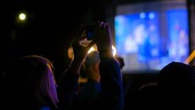 Vid?o de enregistrement de silhouette de femme de concert de musique en direct avec le smartphone image libre de droits