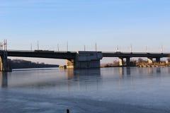 Vid och stor bro, som byggdes i den sydliga felfloden som rider bilar Arkivfoto