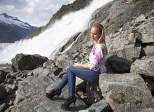 Vid vattenfallet i höga häl Arkivbilder
