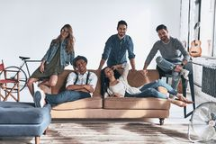 A vida é melhor com amigos Grupo de jovens bonitos dentro imagens de stock royalty free