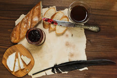 Vida ainda refinada do vidro de vinho tinto, queijo do camembert, baguette Imagens de Stock