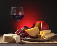 Vida ainda refinada do vinho, do queijo e das uvas Fotografia de Stock