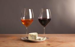 Vida ainda refinada do vinho e do queijo na tabela de madeira Fotografia de Stock