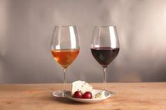 Vida ainda refinada do vinho e do queijo na tabela de madeira Imagens de Stock Royalty Free