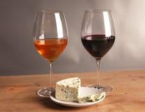 Vida ainda refinada do vinho e do queijo na tabela de madeira Foto de Stock Royalty Free