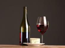 Vida ainda refinada do vinho e do queijo na tabela de madeira Imagem de Stock Royalty Free