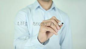A vida começa no fim de seu conforto, escrevendo na tela transparente vídeos de arquivo