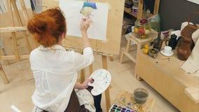 Vida concentrada da abóbora da pintura do artista da mulher ainda com aquarelas video estoque