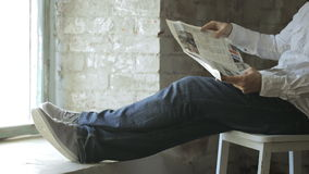 Vida contenta de un hombre que lee un periódico francés metrajes