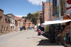 Vida cotidiana en una pequeña ciudad en Bolivia en el lago Titicaca Fotos de archivo libres de regalías