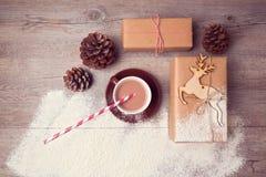 Vida creativa de la Navidad aún con las cajas de regalo hechas a mano con la taza de chocolate Visión desde arriba Fotos de archivo