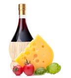 Vida da garrafa de vinho tinto, do queijo e do tomate ainda Imagens de Stock Royalty Free