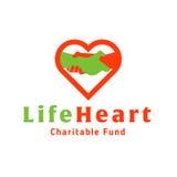Vida da mão amiga do logotipo no coração de caritativo Imagem de Stock Royalty Free