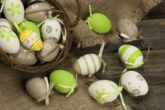 A vida da Páscoa ainda com colorfull eggs na cesta de vime Imagem de Stock
