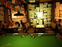 Vida da pensão em Chengdu Boa vida do viajante A sinuca, associação, senta a imagem de stock