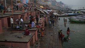 Vida de cada día en un río Ganges Ghat almacen de video