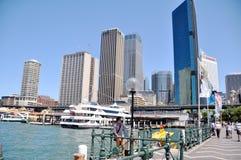 Vida de ciudad de la gente australiana con el edificio en ciudad en Sydney Imágenes de archivo libres de regalías