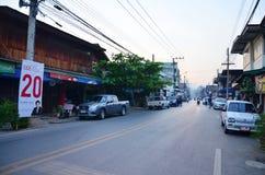 Vida de ciudad de la gente en el tiempo de mañana en Phrae Foto de archivo libre de regalías