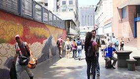 Vida de ciudad: Gente que camina y que hace compras a lo largo de la calle muy transitada en el grande bulevar de Sabana en Carac almacen de metraje de vídeo