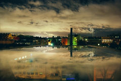 Vida de ciudad industrial de la noche en el espejo de la ventana Fotografía de archivo