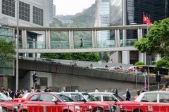 Vida de ciudad ocupada, muchedumbre de gente, empalme de camino, tráfico del día en la calle fotografía de archivo