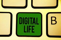 Vida de Digitas do texto da escrita da palavra Conceito do negócio para viver em um mundo interconectado com o verde k do teclado imagem de stock