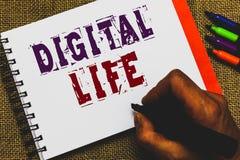 Vida de Digitas do texto da escrita da palavra O conceito do negócio para viver em um mundo interconectado com os multimédios do  fotos de stock
