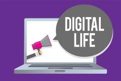 Vida de Digitas do texto da escrita da palavra O conceito do negócio para viver em um mundo interconectado com os multimédios do  imagens de stock royalty free